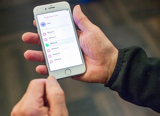 Det er meget nemt at styre Otiom fra en smarttelefon eller tablet. Hvis alarmen aktiveres, viser Otiom-appen hvilken retning personen bevæger sig i. Appen giver også omsorgspersonerne rutevejledninger, så personen kan blive fundet så hurtigt som muligt.