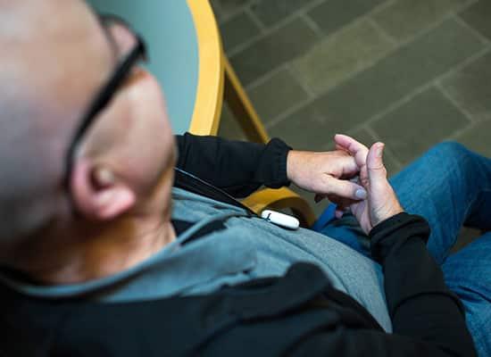 Otiom lokaliseringsenhed kan også finde personer indendørs. Indendørs og udendørs lokalisering af personer med demens
